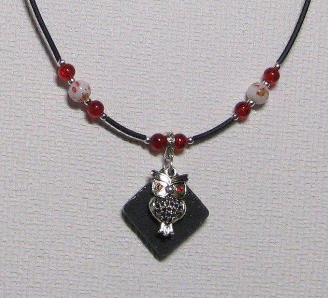 collier pendentif chouette argentée sur silicone et perles rouges