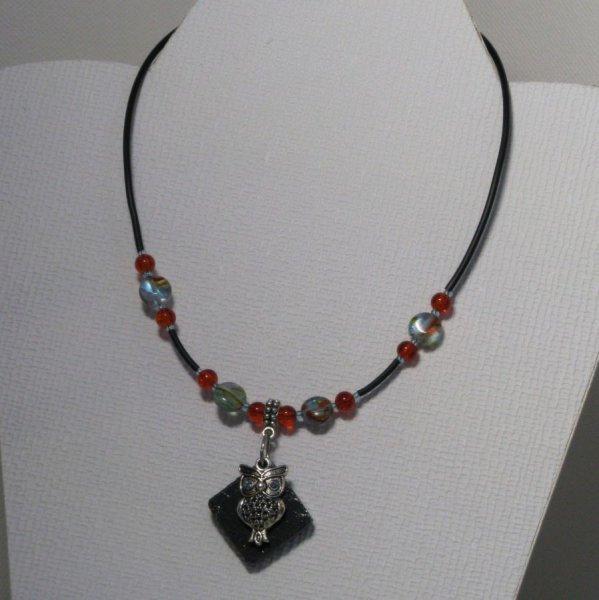 collier pendentif chouette argentée sur silicone et perles bleues et orange, fait main