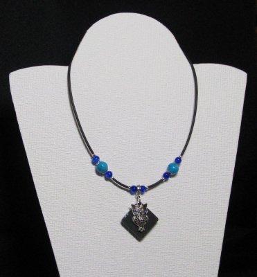 collier pendentif chouette argentée sur silicone et perles bleues