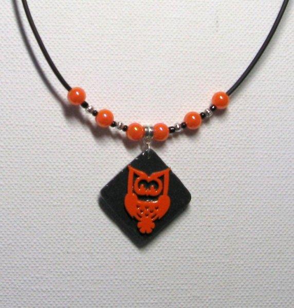 collier pendentif chouette hibou orange émaillé sur cordon silicone noir