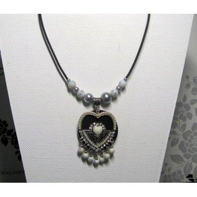 collier pendentif coeur métal argenté, strass et perles grises sur silicone noir style romantique