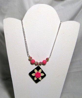 collier pendentif fleur fuchsia et écrue sur chaine argentée