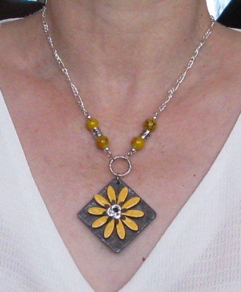 collier pendentif fleur émaillée jaune sur chaine fantaisie argentée