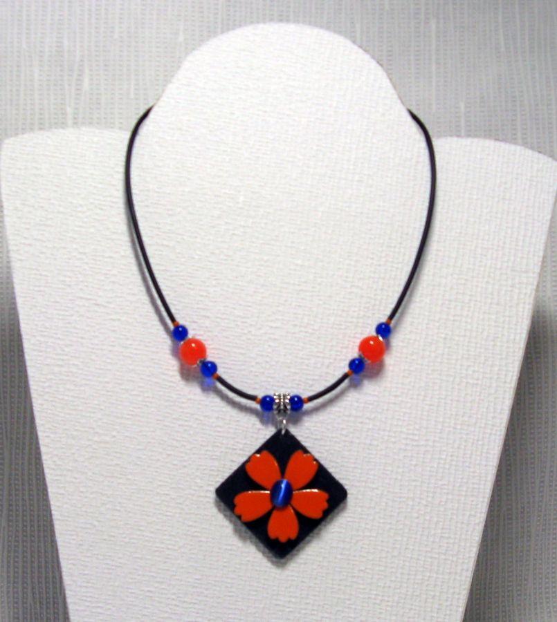 collier pendentif fleur émaillé orange sur pvc noir et perles bleu foncé
