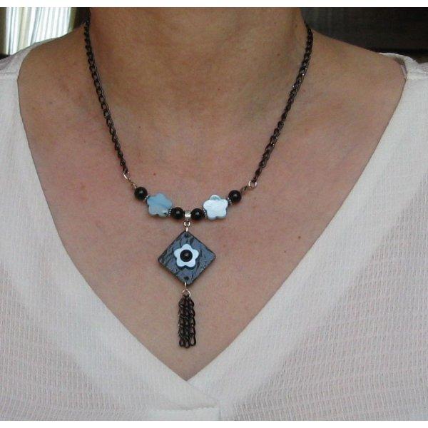 collier pendentif fleur nacrée bleue et ardoise sur chaine noire