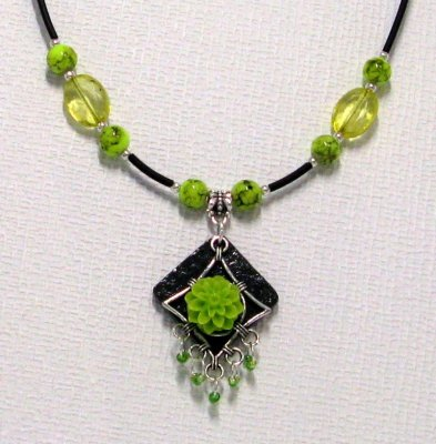 collier pendentif fleur résine vert anis sur pvc noir et perles