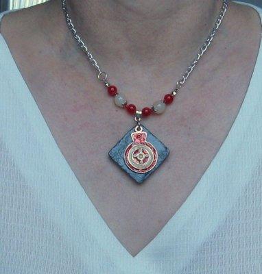 collier pendentif émaillé rouge et beige montage moderne