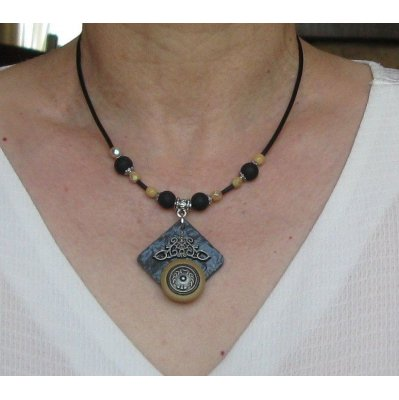 collier pendentif vintage bouton sur ardoise montage silicone et perles beige et noire