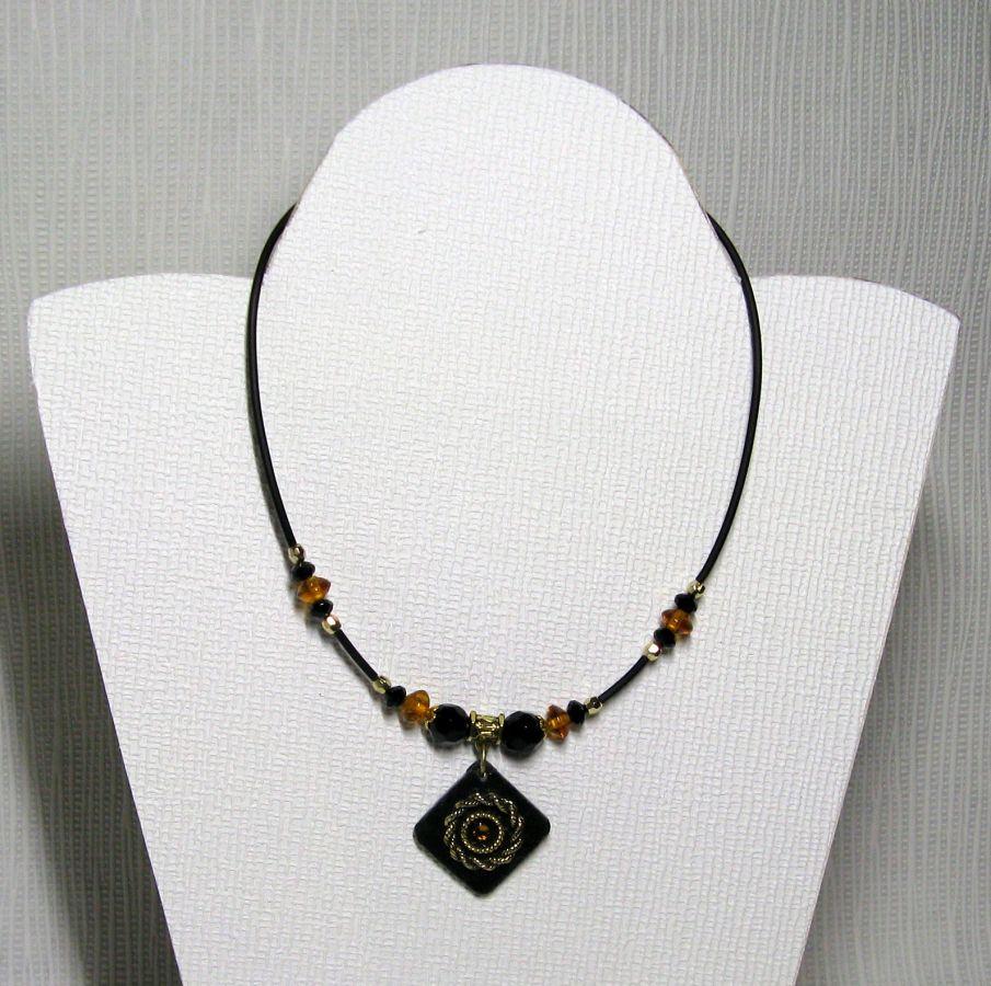 collier pendentif vintage noir et or sur ardoise