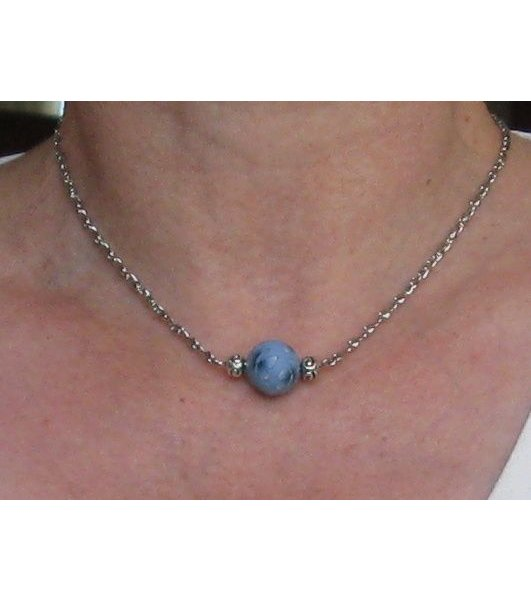 collier une perle pâte ploymère bleu fleur sur chaine fantaisie