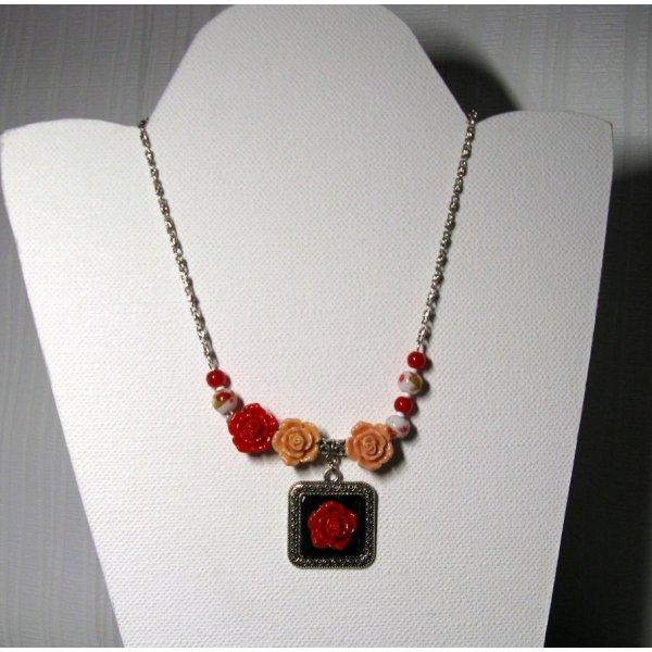 collier plastron asymétrique fleur rouge et rose saumon style romantique