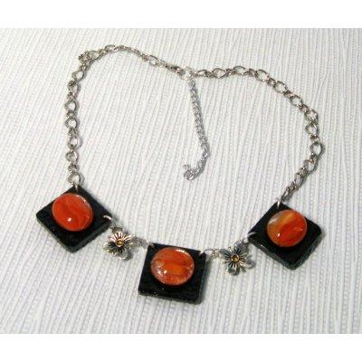 collier plastron cabochon orange sur ardoise montage chaine argentée