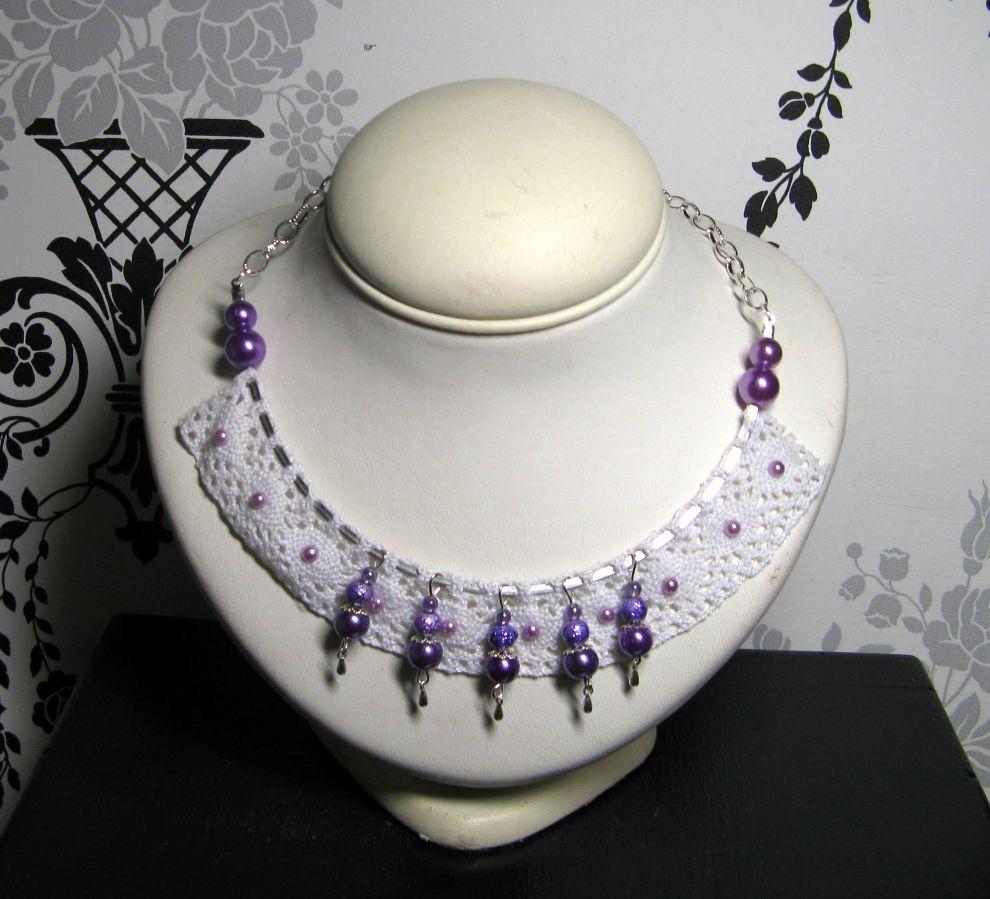 collier plastron shabby chic en dentelle et perles nacrées violette et rose