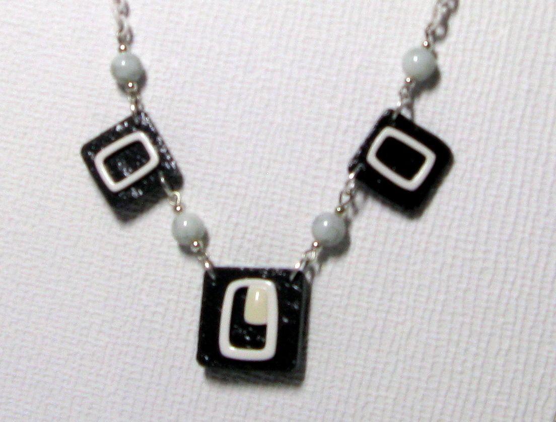 collier plastron émaillé blanc sur ardoise monté sur chaine blanche