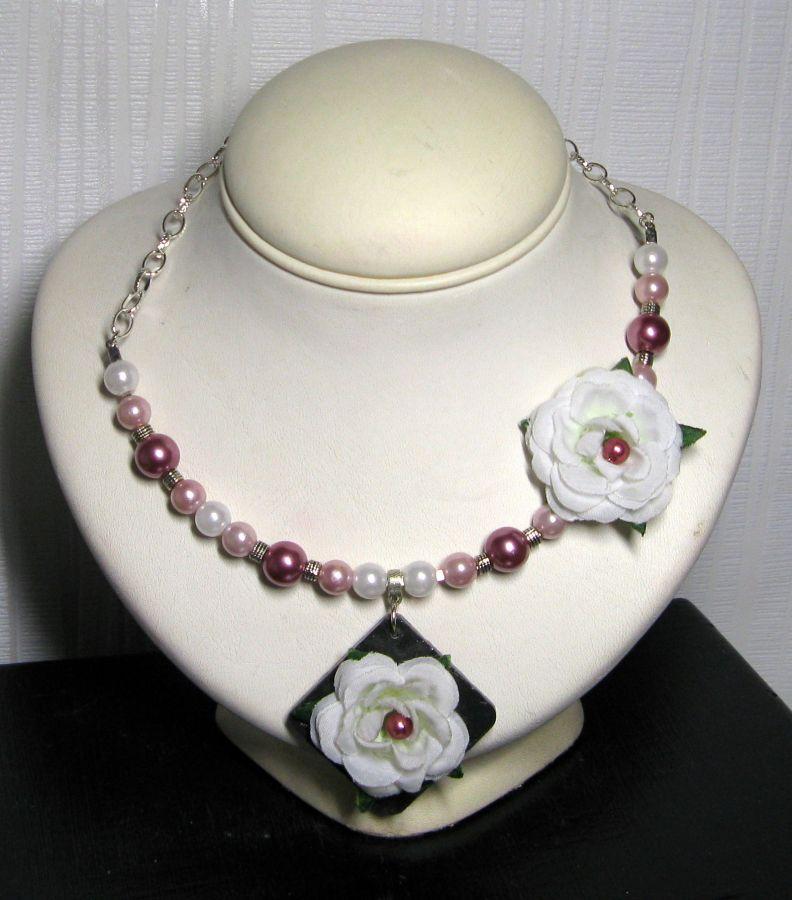Collier plastron fleur blanche perles nacrées pour femme