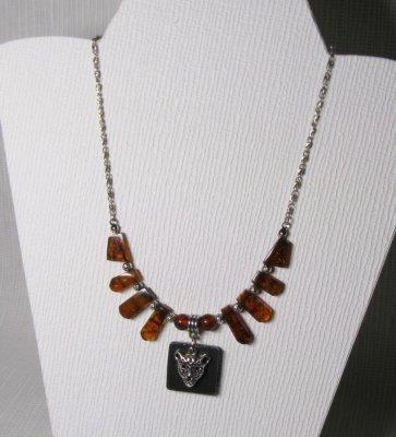 collier plastron panthère ambre sur chaine