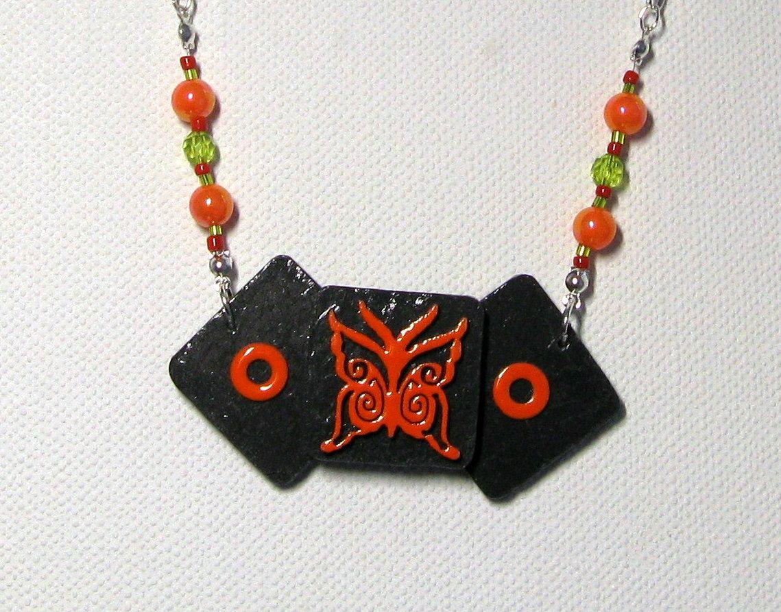 collier plastron pour femme, papillon émaillé orange sur ardoise