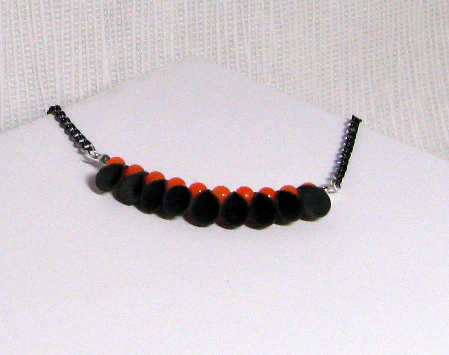 collier plastron silicone noir et perles orange