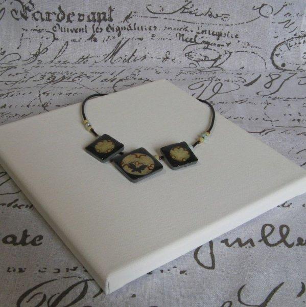 Collier Plastron Vintage en Ardoise sur Cordon de Silicone et Perles, Création Unique