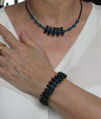collier pvc noir et perles bleu foncé