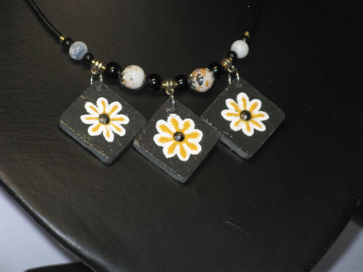 Collie Ras du cou pour Femme en Ardoise Emaillée de Fleurs Jaune  monté sur un Cordon de Silicone Habillé de Perles, Création Artisanale