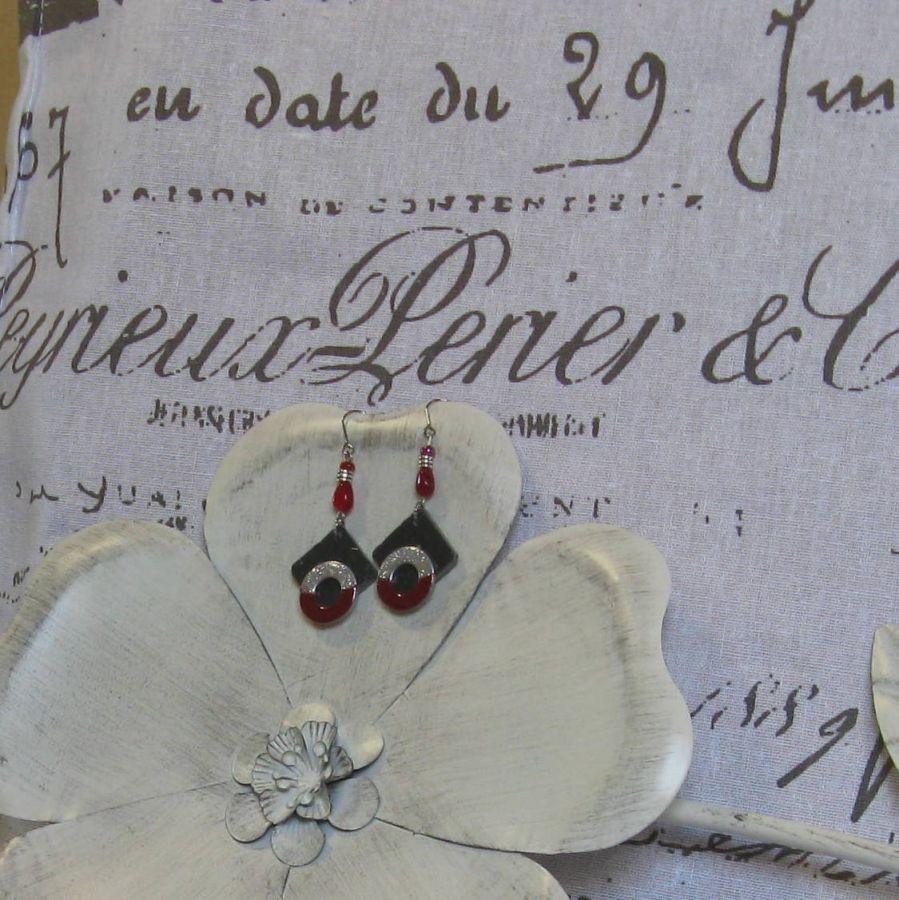 Longues Boucles d'Oreilles pour Femme en Ardoise et métal Emaillé Rouge et Argent, Création Unique