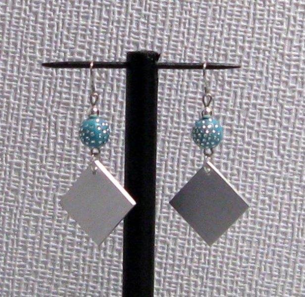 pendant aluminium perle turquoise et strass oreilles percées