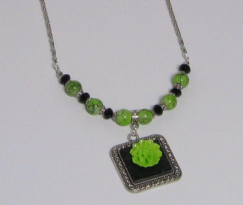 pendenif collier vert anis fleur résine sur médaillon et ardoise