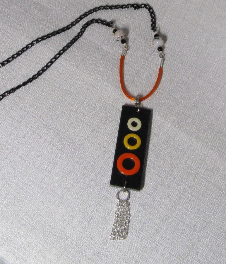pendentif ardoise anneau métal émaillés sur cordon coton et chaine noire. pièce unique et fait main