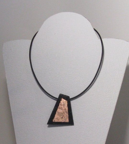 Pendentif ardoise et bronze sur cordon silicone noir