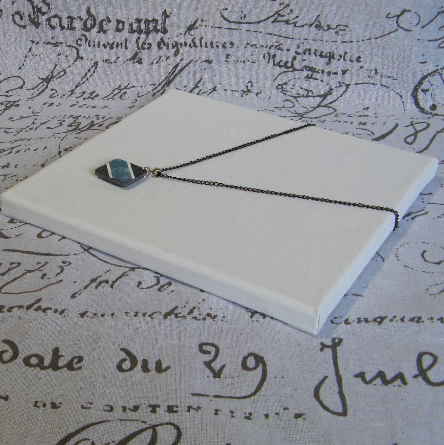 Pendentif en Ardoise Emaillée Bleu Pailleté, Blanc sur Chaine noire, Création Unique