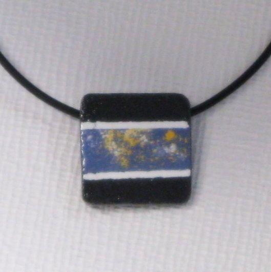 Pendentif ardoise et émail bleu, jaune et blanc sur cordon pvc noir. Bijou unique et fait main
