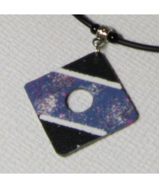 Pendentif  ardoise émaillée bleu blanc rosee sur cordon silicone noir, pièce unique