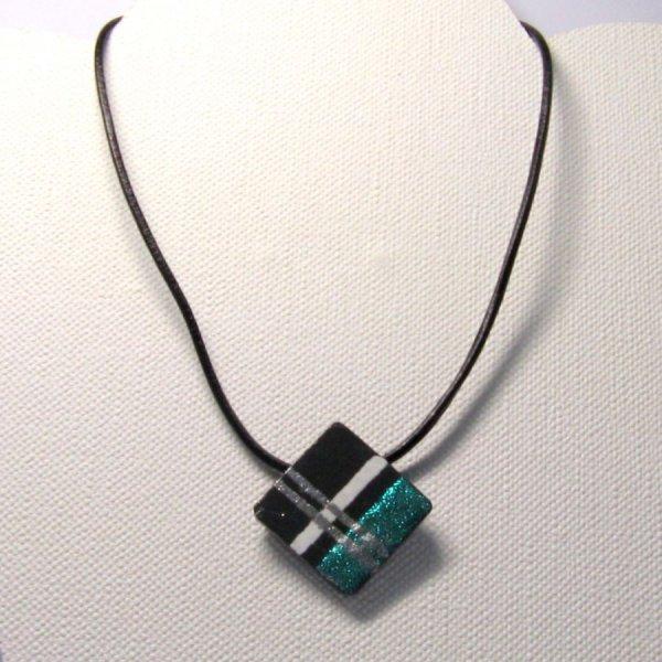 Pendentif pour Femme en Ardoise Emaillé Turquoise, Blanc et Argent monté sur un Cordon de Cuir, Création Artisanale