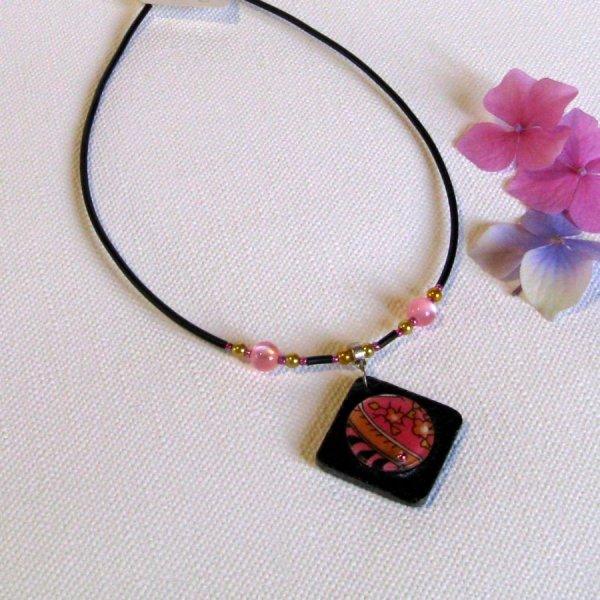 pendentif ardoise rose sur cordon silicone noir