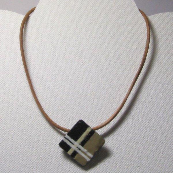 Pendentif créateur en ardoise véritable émaillé d'un motif géométrique moderne sur cuir