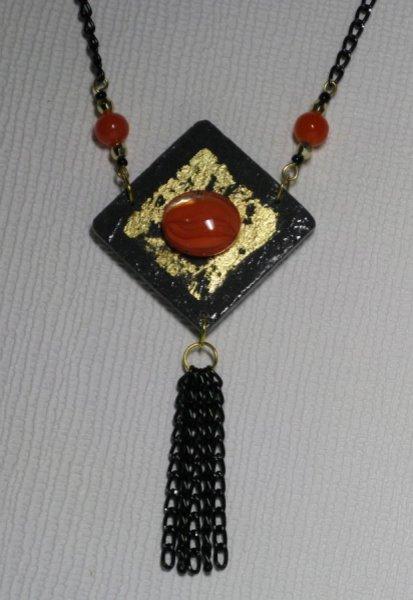 Gros Pendentif pour Femme en Ardoise et Cabochon Orange sur feuille de métal Dorée, Création de Créateur