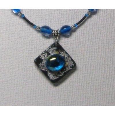 pendentif collier ardoise et cabochon bleu sur pvc noir