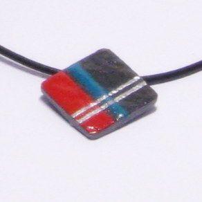 pendentif collier ardoise émaillé moderne géométrique rouge bleu sur cordon cuir
