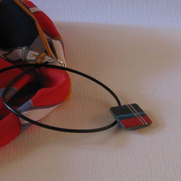 Pendentif pour Femme moderne en Ardoise Emaillée Rouge et Bleu monté sur cordon de Cuir, Création Artisanale