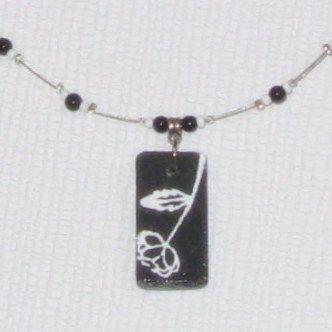 pendentif collier de créateur rose émaillée sur ardoise