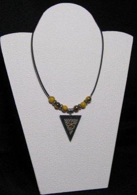 Pendentif collier triangulaire perles jaune moutarde sur cordon silicone noir