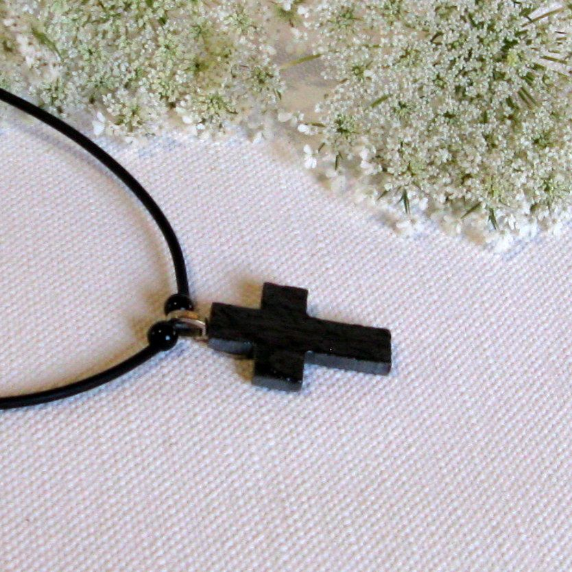Pendentif Croix en ardoise monté sur un Cordon de Silicone Noir, Création Artisanale