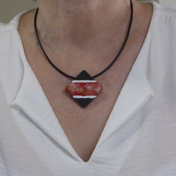 Pendentif Femme en Ardoise Emaillée de rouge monté sur un cordon de Silicone Noir, Création Artisanale