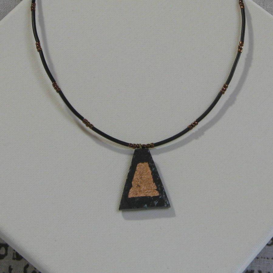 Pendentif pour Femme en Ardoise et Feuille de Métal Bronze Montage Silicone et  Perles