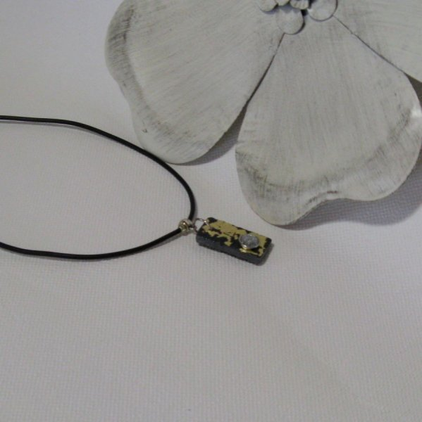 Pendentif Femme en Ardoise feuille Dorée et Strass sur un Cordon de Silicone Noir, Création Unique