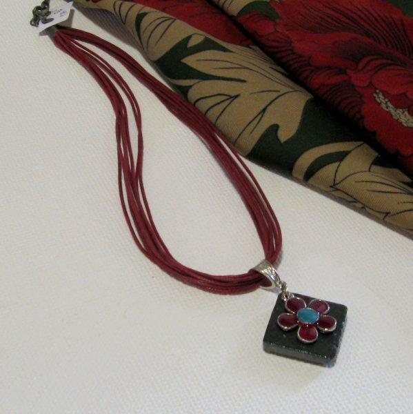 Pendentif Femme en Ardoise et Fleur Emaillée Rouge et Bleu, Montage en coton création unique