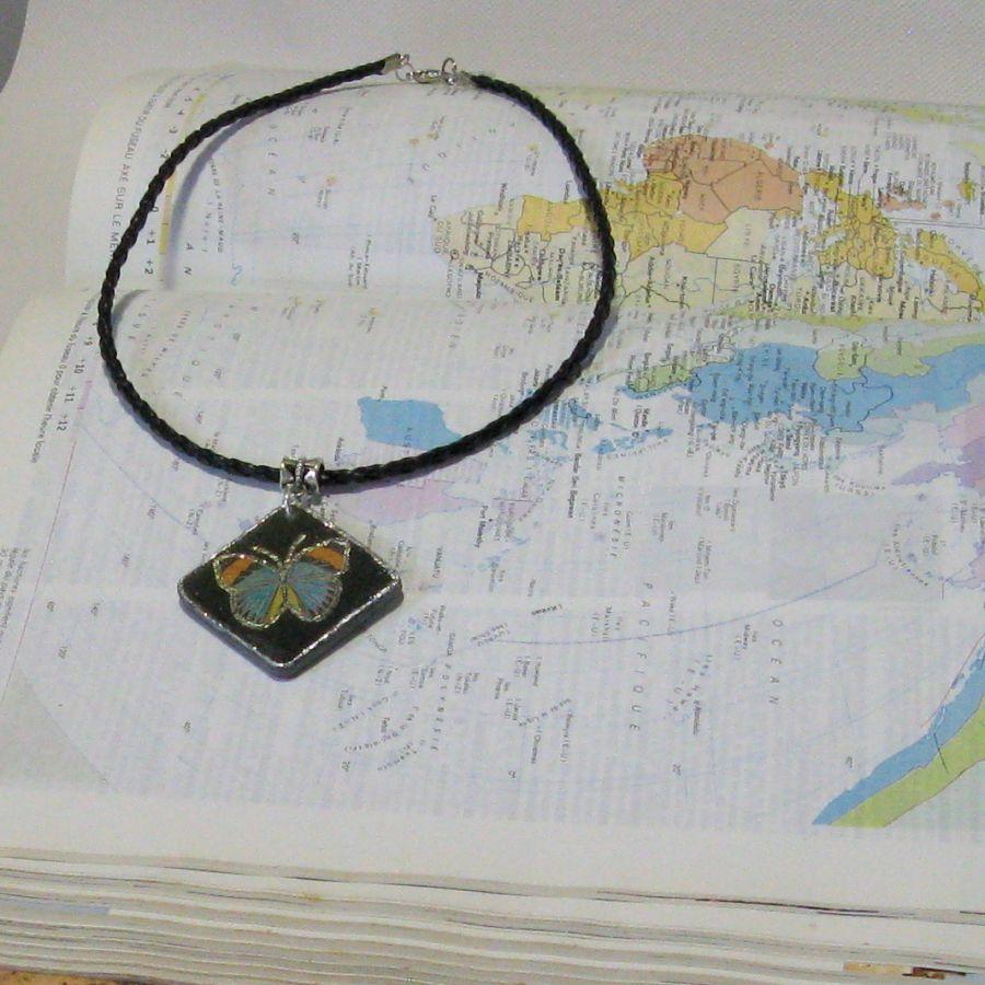 Pendentif pour Femme en Ardoise habillé d'un Papillon Bleu, Monté sur un Cordon de cuir Tressé noir, Création Artisanale