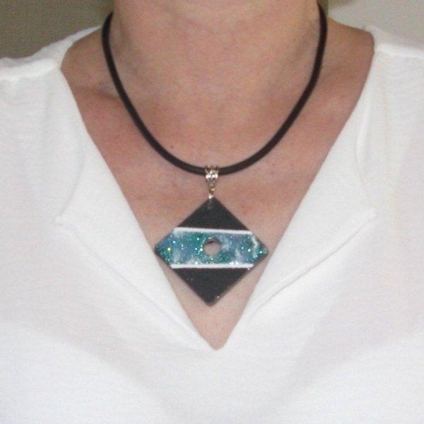 Gros pendentif femme en ardoise émaillée bleu sur cordon pvc noir, création fait main et unique