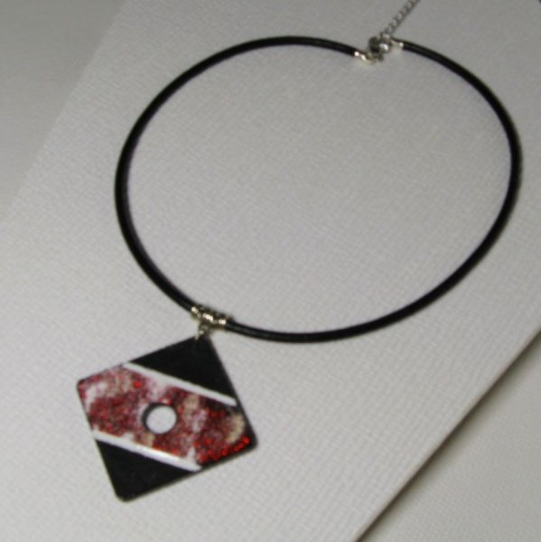 Gros pendentif femme ardoise émaillée rouge sur cordon de cuir noir, création fait main